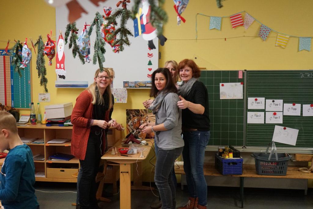 Unsere Eltern organisieren und betreuen gemeinsamen mit den Lehrkräften den Basteltag in der Adventszeit